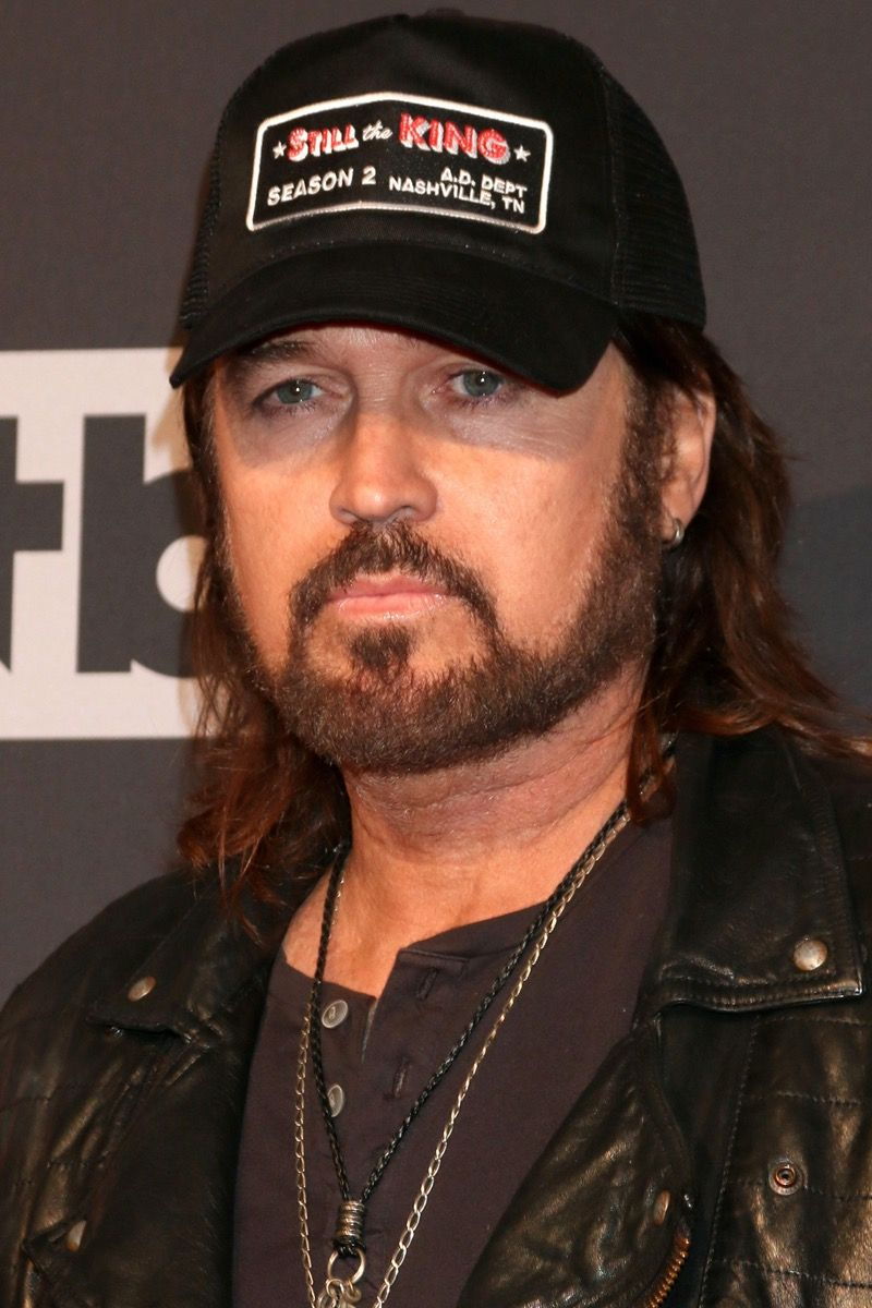Billy Ray Cyrus usa chaqueta de cuero en los iHeart Music Awards en 2017